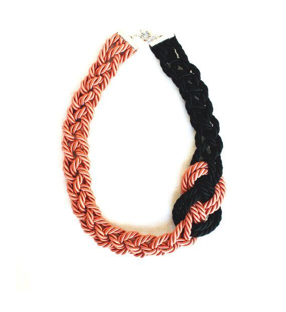 Collana girocollo, cordone rosa e nero con nodo laterale intrecciato