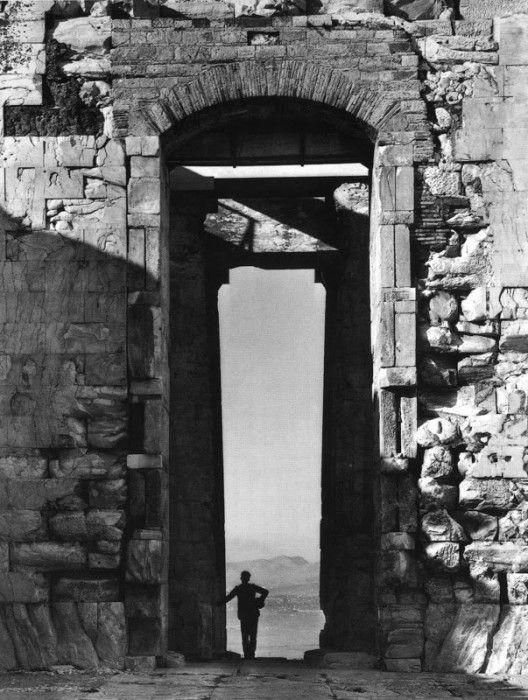 Παρθενώνας, 1908 - Τον Οκτώβριο του 1907 ο Fred, γυρίζοντας από την Αίγυπτο, βρέθηκε στην Ακρόπολη. Είχε πολλά να κάνει εκεί: χρειαζόταν πλάνα για το βιβλίο που ετοίμαζε με τον Daniel καθώς και για την καταγραφή των μνημείων της Αθήνας που του είχε ζητήσει ο εκδότης Eggimann από την Ευρώπη. Ο φωτισμός ήταν αξιοθαύμαστος, η θέα καταπληκτική, ο Παρθενώνας αποκλειστικότητά του: «…πραγματοποιώ ένα όνειρο, είμαι ολομόναχος… Είναι ωραίο να απολαμβάνω τέτοιο θαύμα…», έγραφε ο ίδιος . (Την ίδια…