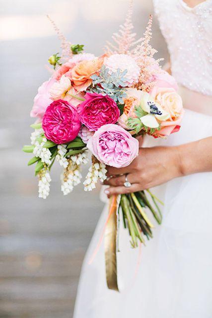 Wat een lieffie. De kleurstelling is zo mooi.  | Bruidsboeket | Prinses | Bruiloft | Perzik | Roze | Magenta | Groen | #bruiloft #trouwen #bloemwerk #bruidsboeket