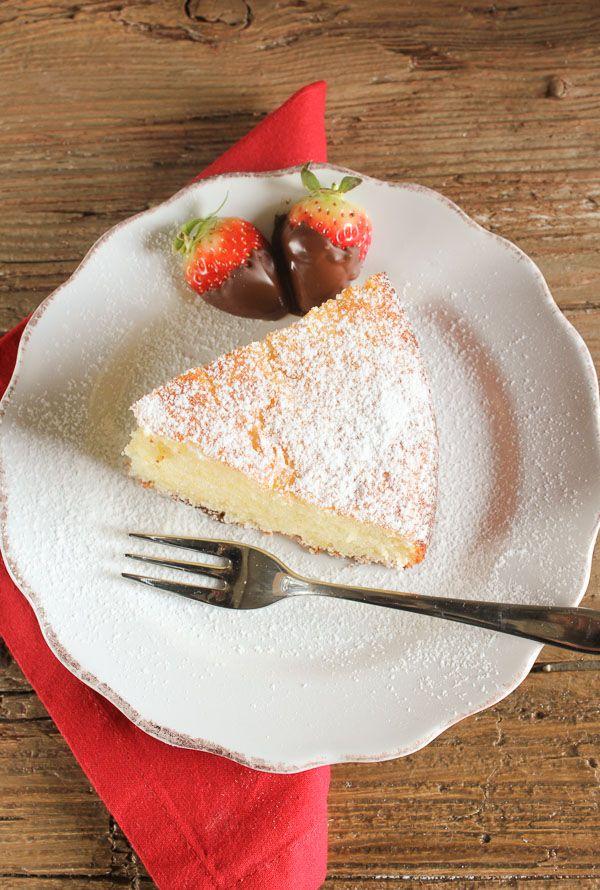 A super easy healthy Greek yogurt cake recipe, delicious and moist, strawberry, blueberry you decide, Greek yogurt or non! /anitalianinmykitchen.com
