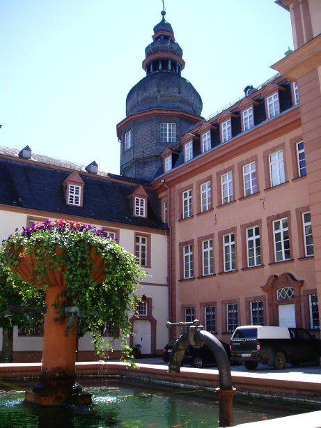 Berleburger Schlosshof mit Südflügel und Hauptgebäude.