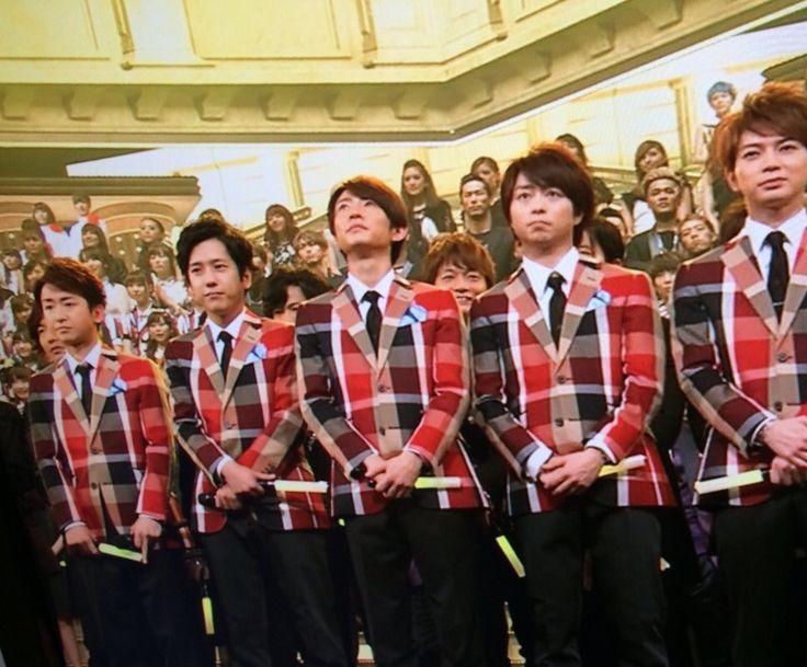 arashi wearing crestbridge check jacket on TV kouhaku.  嵐が紅白でクレストブリッジチェックジャケット着用
