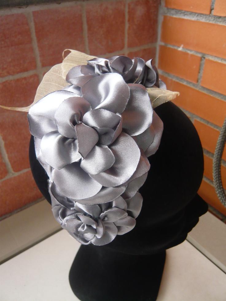Tocado flor gris