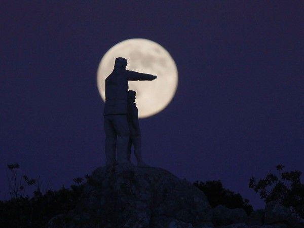 La superluna por el mundo (© REUTERS/Jon Nazca)