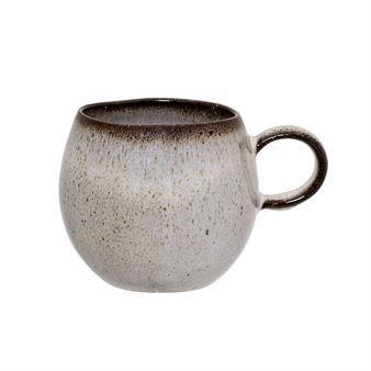 Den härliga Sandrine mugg från Bloomingville har en vacker glaserad yta i grått eller blått. Den rundade formen på koppen gör att den är behaglig att såväl hålla i och dricka ur. Denna mindre varianten är perfekt för morgonkaffet och gör sig fin ihop med annat porslin från Bloomingville.