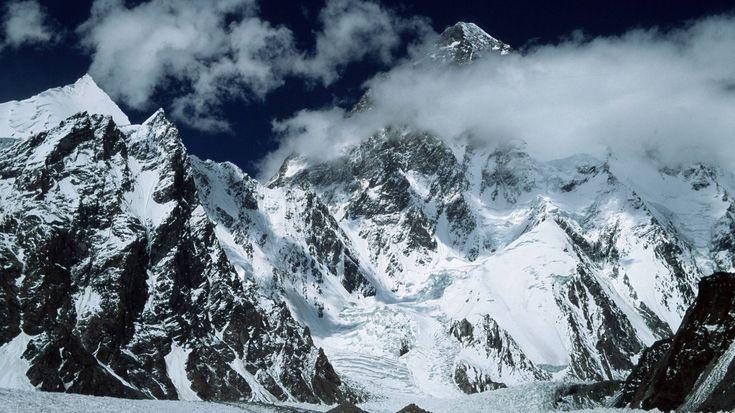K2: Der gefährlichste Achttausender-Der zweithöchste Berg der Welt – gerademal 237 Meter niedriger als der Mount Everest – hat zwar in der Gesamtzahl weitaus weniger Todesopfer als das Matterhorn. Jedoch genießt der K2 in Bergsteigerkreisen den Ruf, der gefährlichste Gipfel der Welt zu sein. Im Vergleich zu über 5.000 Everest-Gipfelstürmern haben es bislang gerade mal 306 Menschen auf den Gipfel geschafft. Dies liegt einerseits an den noch schwierigeren Witterungsbedingungen, andererseits…