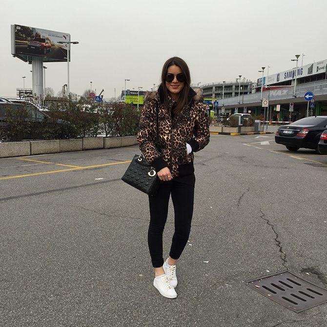 Blogger Camila Coelho em Milão - Calça: J Brand / Casaco: Guess / Tênis: Michael Kors / Bolsa: Dior / Óculos: Ray Ban