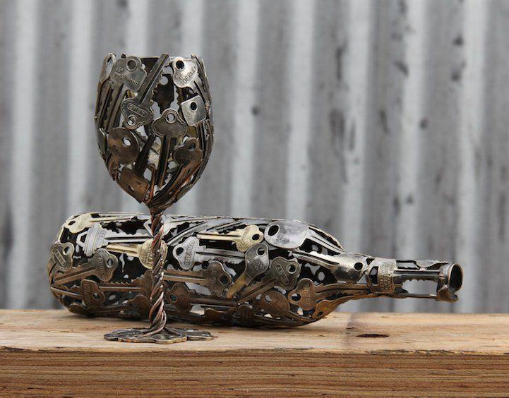 Il récupère de vieilles clés et pièces de monnaie pour en faire de l'art