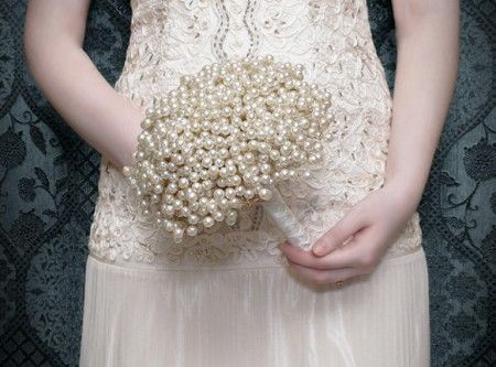 Aprenda a fazer um lindo buquê usando pérolas arame e fita. Muito simples de fazer e o resultado final é muito lindo.