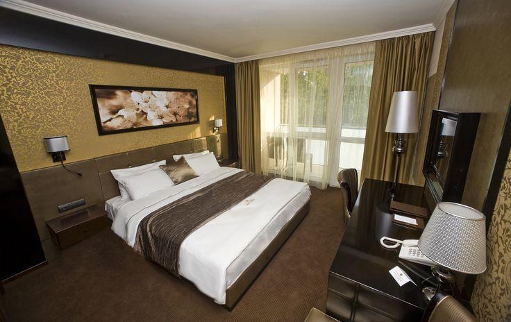 Hotel Délibáb**** Hajdúszoboszló SUPERIOR SZOBA Modern art deko stílusú szobáink, igazi harmóniát teremt a tér és használói között. A szobában az arany és a fekete felületek játékát a különleges fénysávos hangulatvilágítás teszi még izgalmasabbá. Superior szárnyrészünkben egybenyitható szobák is rendelkezésre állnak, ha családdal vagy barátokkal érkeznek. A franciaágyas Superior szobáink mindegyikéhez tartozik erkély. www.hoteldelibab.hu/ #Hajduszoboszlo #wellness #hotel #gyogyszalloda…