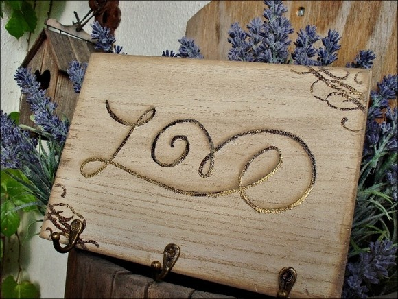 """I saw the word wrote in the sand, in a pic, here at Pinterest... so I thought with my self """" I could do it in a wood plaque..."""" and so it is...   Porta-chaves em MDF, pátina e manuscrito com emboss R$50,00"""