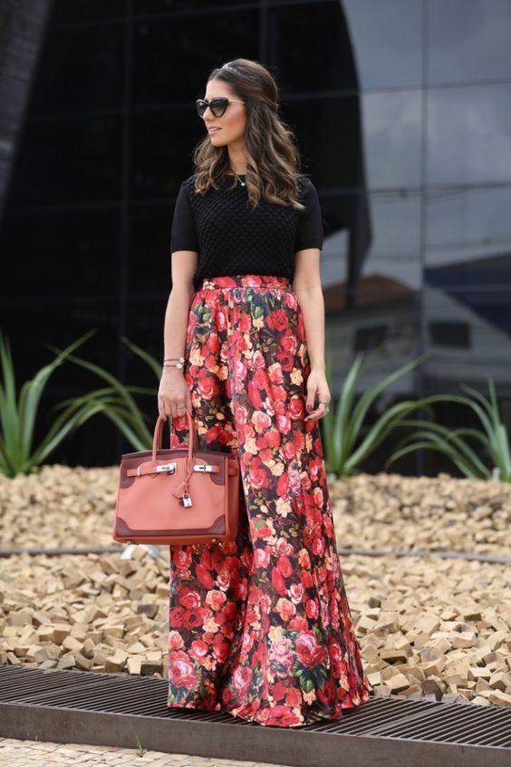 T-shirt preta, saia floral vermelha, bolsa vermelha