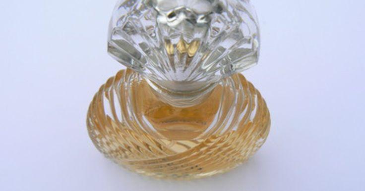 Cómo hacer perfume con extracto de vainilla. Hay un perfume a base de extracto de vainilla de aroma dulce que espera para hacerse en tu cocina. Simplemente reúne jugo de limón fresco, extracto de vainilla y una olla de la cocina y compra un recipiente de vidrio y una botella de perfume para comenzar a hacer tu propia marca de perfume de extracto de vainilla.