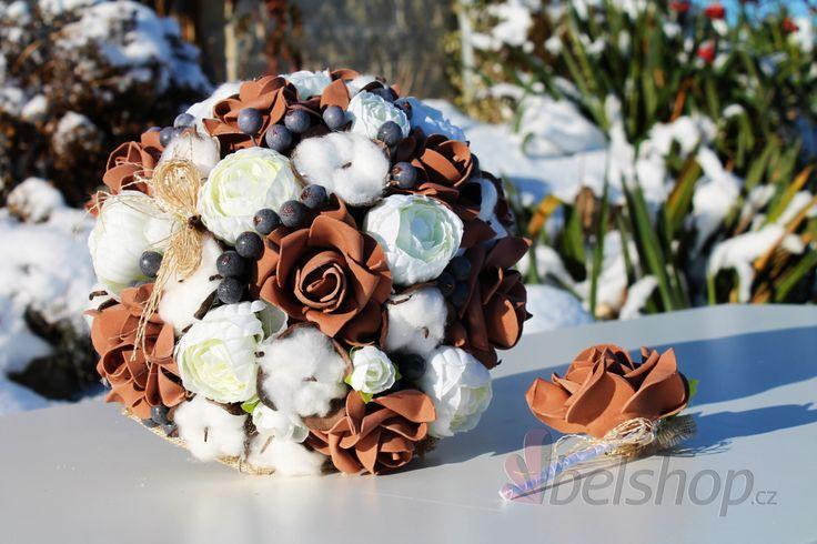 Umělá svatební kytice v oblíbeném rustikálním stylu. Rustikální svatební kytice. Bavlník, růže, bobulky a pryskyřník, neobvyklá kombinace, která zaujme. Svatební kytice vč. korsáže pro ženicha.