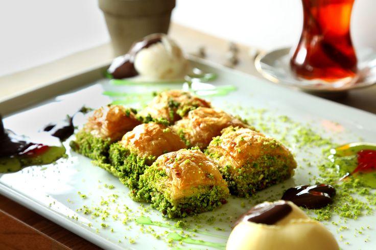 Fıstıklı baklava ile dondurma ikilisini bir de bizde deneyin. #Fıstıklı #Baklava #Dondurma #Leziz #Tatlılar #Gold #Yayla #Samsun