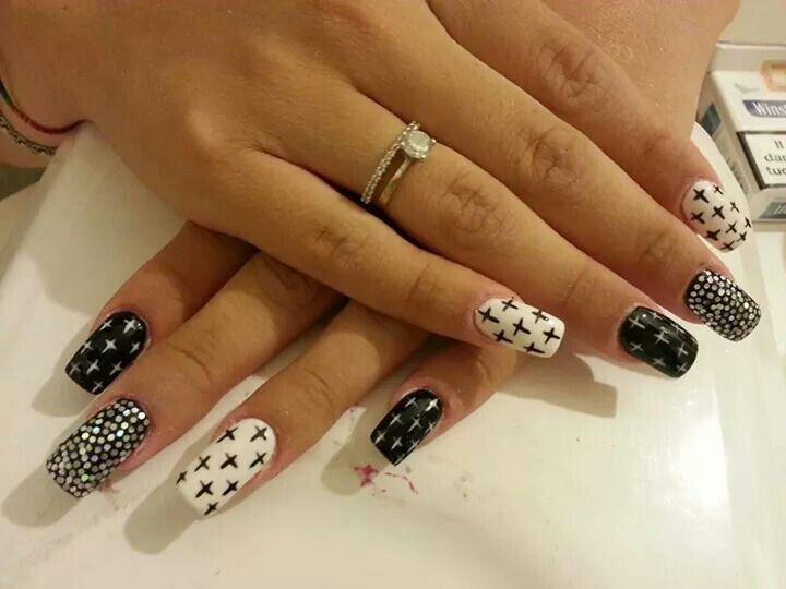 #Black n white nail #nail art #croci #unghie quadrate