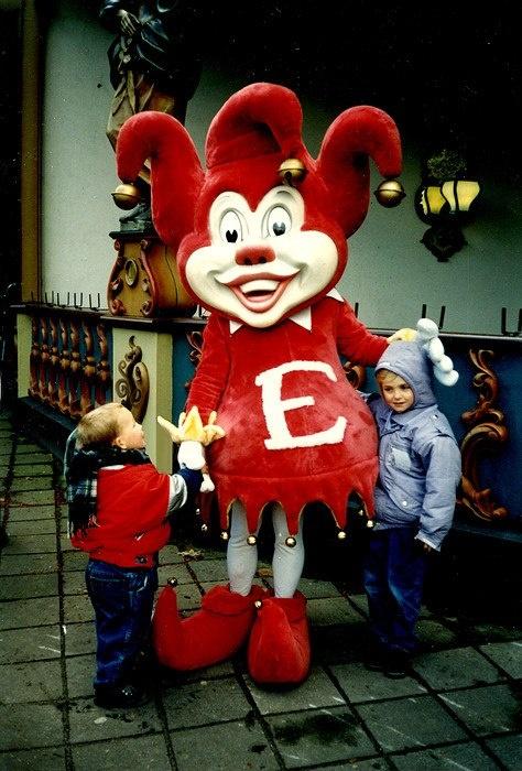 Henny Knoet bedacht in 1988 Pardoes, dit is de 1e versie van de mascotte.