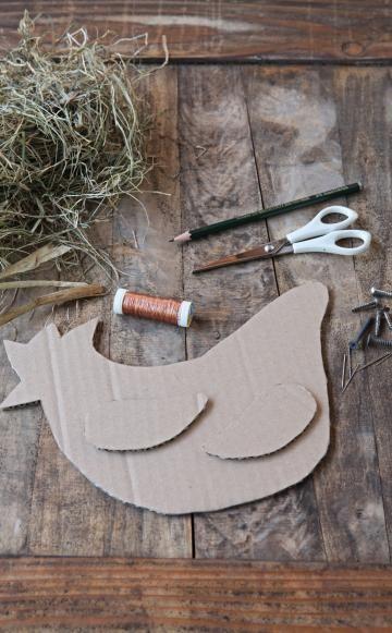 Zeichnen Sie den Umriss des Tierkörpers und der Flügel auf den Karton und schneiden Sie die Teile aus. Je größer die Schablonen, desto mehr Heu benötigen Sie natürlich. Unsere Schablonen waren nicht größer als ein DIN A5 Blatt