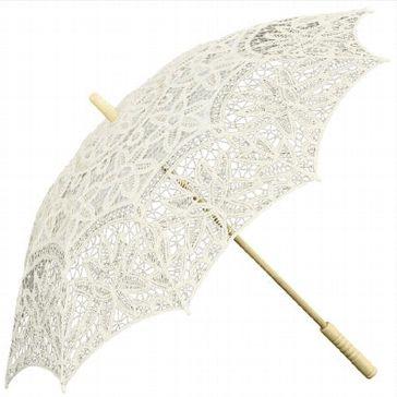 """Dieser elegante Hochzeitsschirm ist ein absolutes MUSS für modische Bräute. Der Spitzenschirm """"Europa"""" in Creme sorgt für Retro-chic bei der Hochzeitsfeier und ist eine tolle modische Ergänzung zum Brautkleid.         Besonders für eine Hochzeit im Freien bietet der Hochzeitschirm für die Braut Schutz vor Sonnenstrahlen. So wird aus dem Brautaccessoire gleichzeitig auch ein praktischer Sonnenschirm, vor allem für Bräute mit nackten Schultern ist dies von Vorteil."""