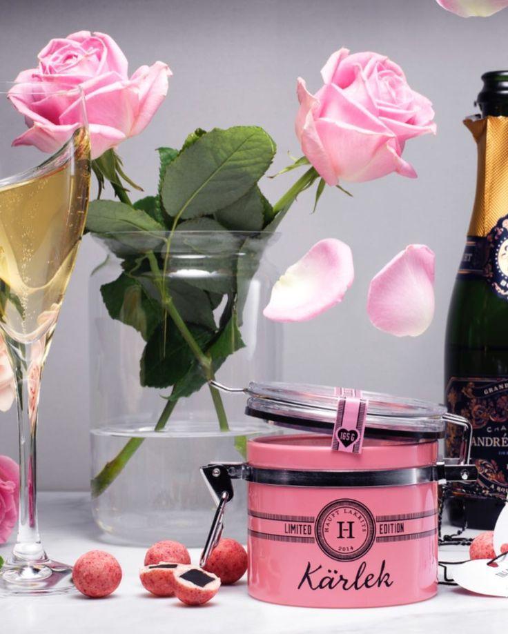 MORS DAG söndag 28 maj  Bara lilla lilla påminnelsen att det börjar dra ihop sig till en av årets viktigaste dagar. Kanske den viktigaste rentav? Vår KÄRLEK består av salt lakrits omgiven av vit choklad smaksatt med hallon jordgubbar vanilj & rosor. Utsökt allena eller ta den till nästa nivå med ett glas bubblor?  Vi vågar lova att Hon blir glad!  Hitta din återförsäljare eller beställ direkt på www.lakrits.se  #hauptlakrits #lakrits #lakris #lakrids #tryswedish #liquorice #morsdag