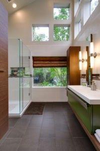 Das geräumige Badezimmer ist mit eine Dusche Zimmer, weiße Einzel-Panel Waschbecken, grüne Einzel-Panel Kabinett und dunklen Fliesen-Böden. / Foto von Harrell Umbau