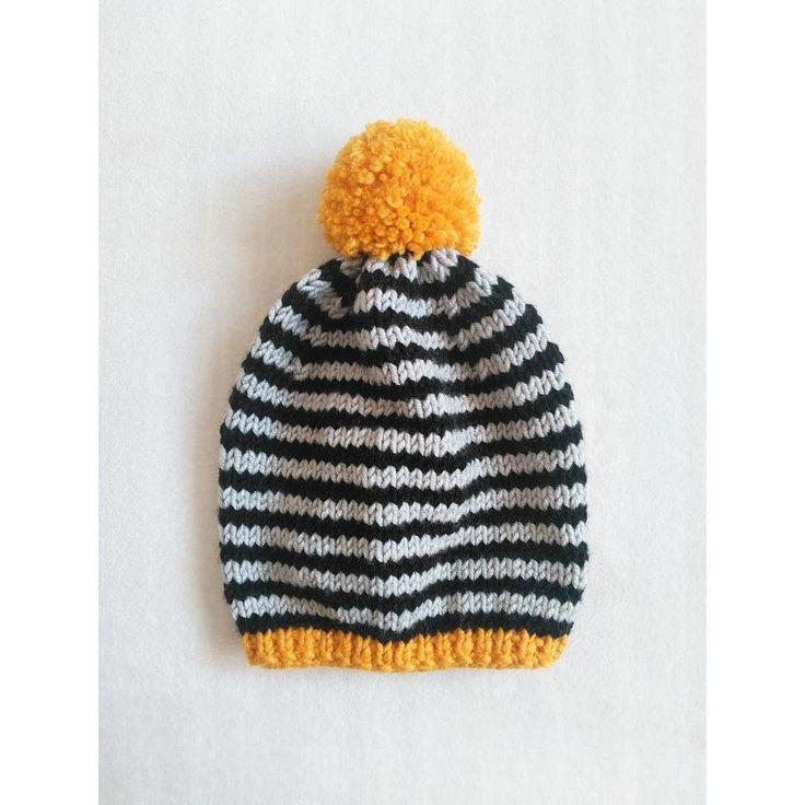 Siyah-gri sarı ponponlu çizgili bere