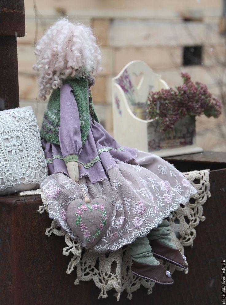Купить или заказать Виола, сестра Виолетты)). в интернет-магазине на Ярмарке Мастеров. Виола и Виолетта очень похожи друг на друга. Но каждая из них имеет свой характер, свое настроение. Виола одета в наряд из льна и кружев, вязаную жилетку из теплой итальянской пряжи.