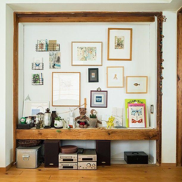 **元「押し入れ」のギャラリースペース** ・ 東京・世田谷区等々力で、家具と雑貨の店「巣巣」を営む岩﨑朋子さんのご自宅をチラリとご紹介♪ ・ こちらは、リビングの一角でひときわ目をひくギャラリースペース。 岩﨑さんが買い集めた絵やオブジェ、絵本などが飾られています。 実はここ、元は押し入れだったんですって! 寝室である隣の部屋の側からクローゼットとして使うために改装したところ、リビング側に奥行き20cmほどのへこみができました。ここをギャラリースペースにしようと思いついたのだそうです。 ポストカードや絵本、ぬいぐるみたちが仲良く並ぶ、ほっとするディスプレイですね〜^^ ・ #北欧暮らしの道具店#インテリア #暮らし #くらし #日々#リビング#リフォーム#押し入れ#収納#ディスプレイ