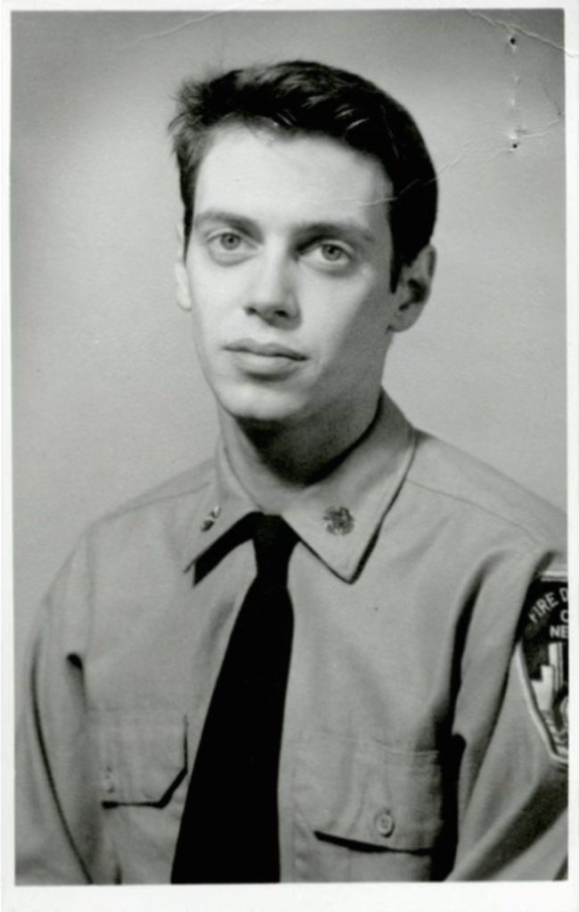 Steve Buscemi pendant ses jours comme un pompier à New York en 1976