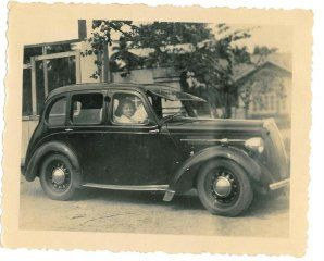 """Gamle mænd og deres nye biler. Jeg ved ikke om I kender vittigheden om pigen der møder sin veninde efter en blind date, veninden spørger hvordan daten gik og pigen svarer """"Forfærdeligt! Han hentede mig i sin Bentley fra 1929…"""" - """"Jamen det lyder da ikke helt dårligt"""" - """"Problemet var at han havde købt den fra ny!"""" #Biler #Gamlebiler"""