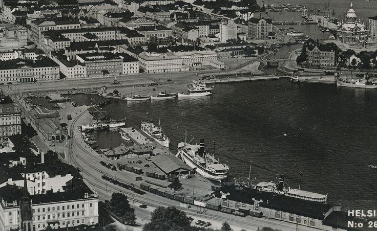 Kuvaaja Karhumäen ilmakuva Helsingin kauppatorista 1930-luvulta, kortti kulkenut 1945.