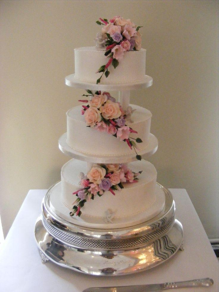 Assembling a pillared wedding cake