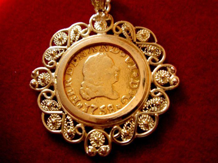 Spanje - Ferdinand VI (1746-1759) van gouden 1/2 escudo munt - 1758 - Sevilla. 18 kt gouden hanger - totaalgewicht: 5.5 g.  Spanje - Ferdinand VI (1746-1759) goud van 1/2 escudo munt geslagen in de munt van Sevilla in 1758 assayer JV. Schaars.Coin gewicht: 170 g. 900/000 goud. Diameter: 15 mm. goede algemene conditie en mooie kleur. Datum munt en assayer perfect zichtbaar. Munt als juwelen in 18 kt goud. Handgemaakte hanger in 18 kt met de antieke filigraan techniek (gemaakt van goud draad)…