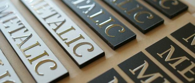 Przykład tabliczek chromowanych z logo produktu.