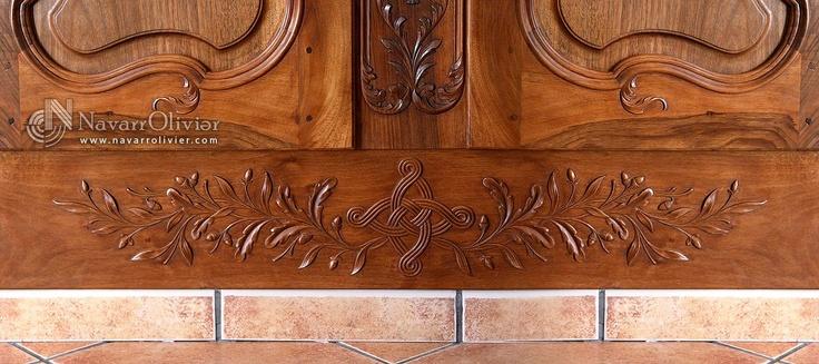 Detalle de talla en zócalo de armario empotrado by navarrolivier.com #talla #zocalo #carpinteria #tallado #nogal #artesano #menuisere #bois #navarrolivier #woodwork