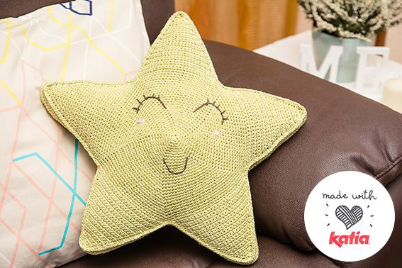 ¡Voilà! ¡Dejad espacio en el sofá que llega una estrella fugaz! Prepara el material porque este cojín viene para quedarse en tu hogar. 5 ovillos brillantes, suaves y ligeros de Katia Viscoseta, tu …