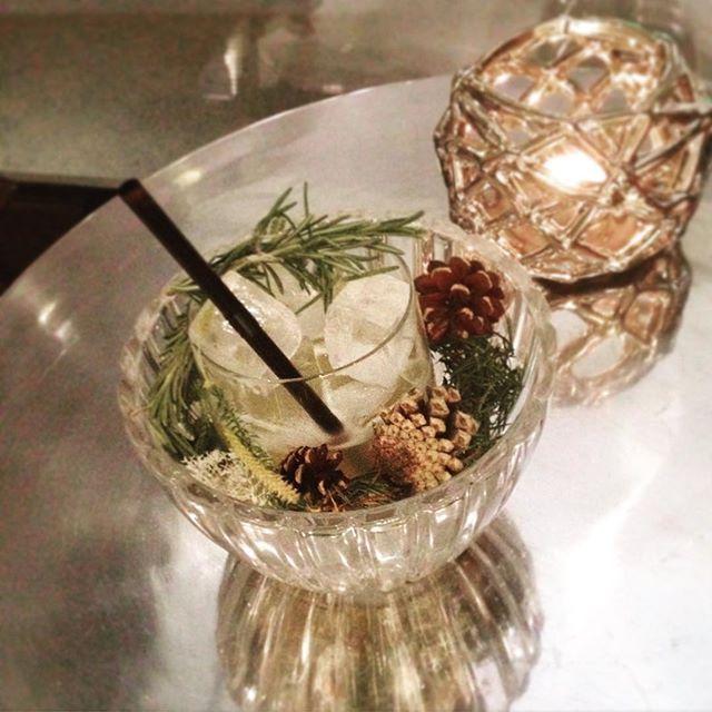 Helsingin paras cocktail? Omaperäisin ainakin! hotelli Lilla Robertsin baarin Licorice & Lemon tarjoillaan kipossa, josta pölähtää rosmariinin tuoksuista savua. Itse drinkkikin erinomainen. #mondolöytö #lillaroberts