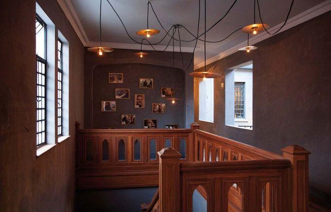 La estética que predomina mezcla el estilo tradicional de las casas Tudor del barrio con un toque industrial. A ella se llegó recuperando ventanas y barandas originales, dejando al descubierto el estuco gris e incluyendo materiales como pino y metal. Hoy llega al país para fomentar la difusión del arte, el cine y la música independientes.