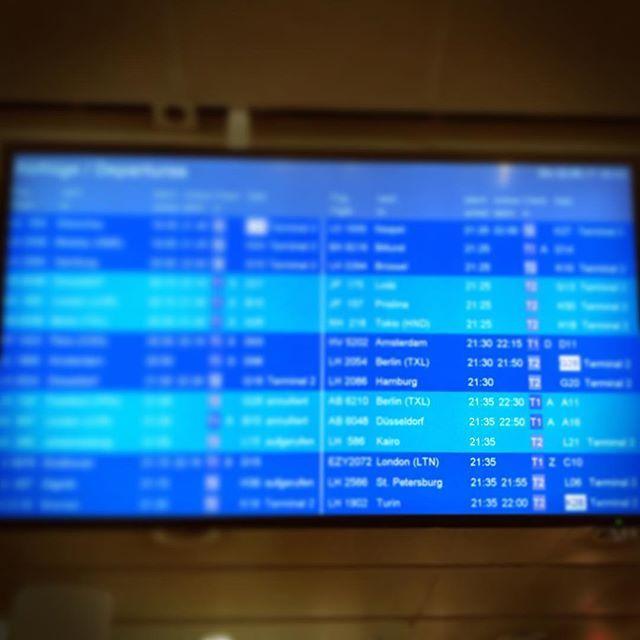 #ichsitzimmernochamflughafen #airberlin Der neue Flug hat auch schon 1,5 Stunden Verspätung. Die Spannung steigt, die Laune sinkt.