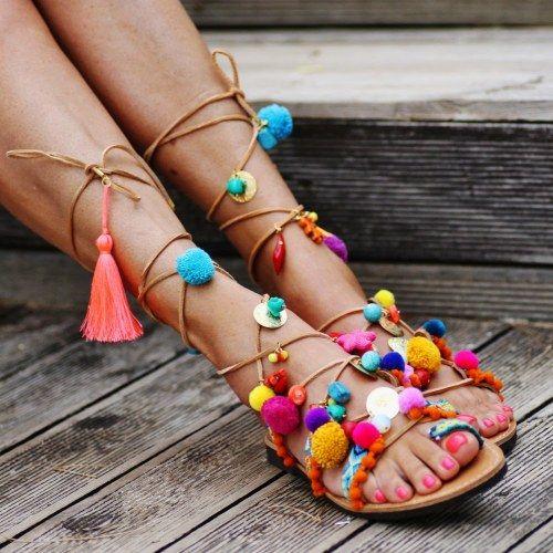 Boho-Sandalen mit Pom Poms und Perlen selber machen