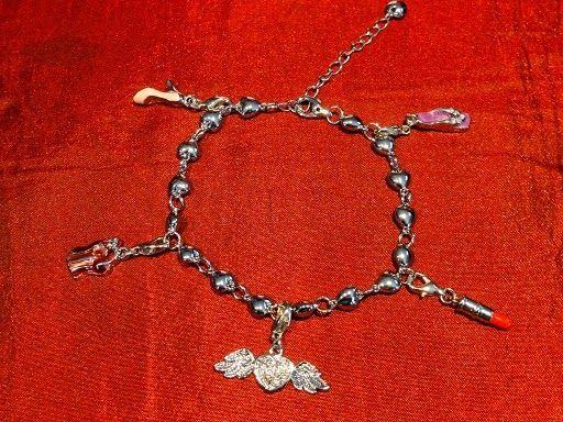 Les bijoux personnalisables So Charm : http://www.menagere-trentenaire.fr/2012/07/23/so-charm