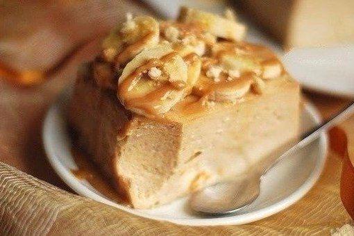 Банановый чизкейк-запеканка без основы с творогом  Ингредиенты:  Банан — 3 шт. Творог — 300 г Сахар — 150 г Соль — 1 щепотка Мука — 3 ст. л. Яйцо — 3 шт. Сметана — 160 г  Приготовление:  1. Бананы и творог пюрируем. Добавляем сахар, соль, взбиваем, затем вводим муку, яйца, сметану (взбиваем после каждого ингредиента). 2. Выливаем в форму и ставим в разогретую до 150 °C духовку на 1 час 10 минут. Даем остыть и отправляем в холодильник на ночь.