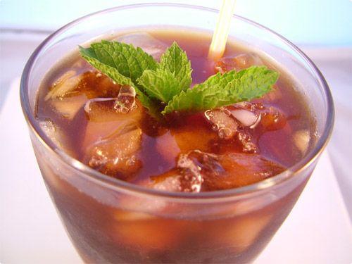 Chama-se Mazagran e é fácil fácil de fazer, deixo-vos a receita :    - Preparar uma cafeteira com café forte;  - Deixar o café arrefecer  - Juntar sumo de limão e açucar amarelo  - Adicionar gelo picado  - Por num shaker ou num blender e voilá!    Refresco de Café para toda a gente :)    Os ingredientes para a receita são os seguintes :  - Café em pó, ou 2/3 cápsulas de café longo ( dependendo da quantidade de pessoas );