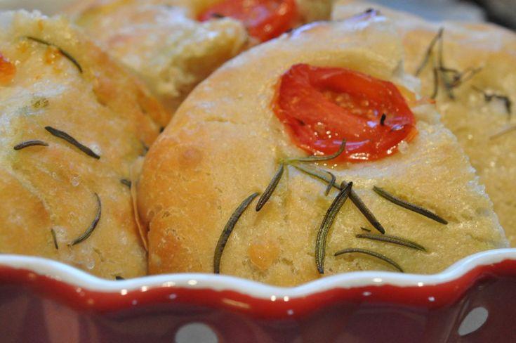 Foccacia med rosmarin og tomat. I sommers var vi i Italien. Ahh. Hvor er det et dejligt ferieminde! Det er første gang familien har taget så lang en biltur, men ikke sidste tror jeg? Vi spiste os mætte og glade i