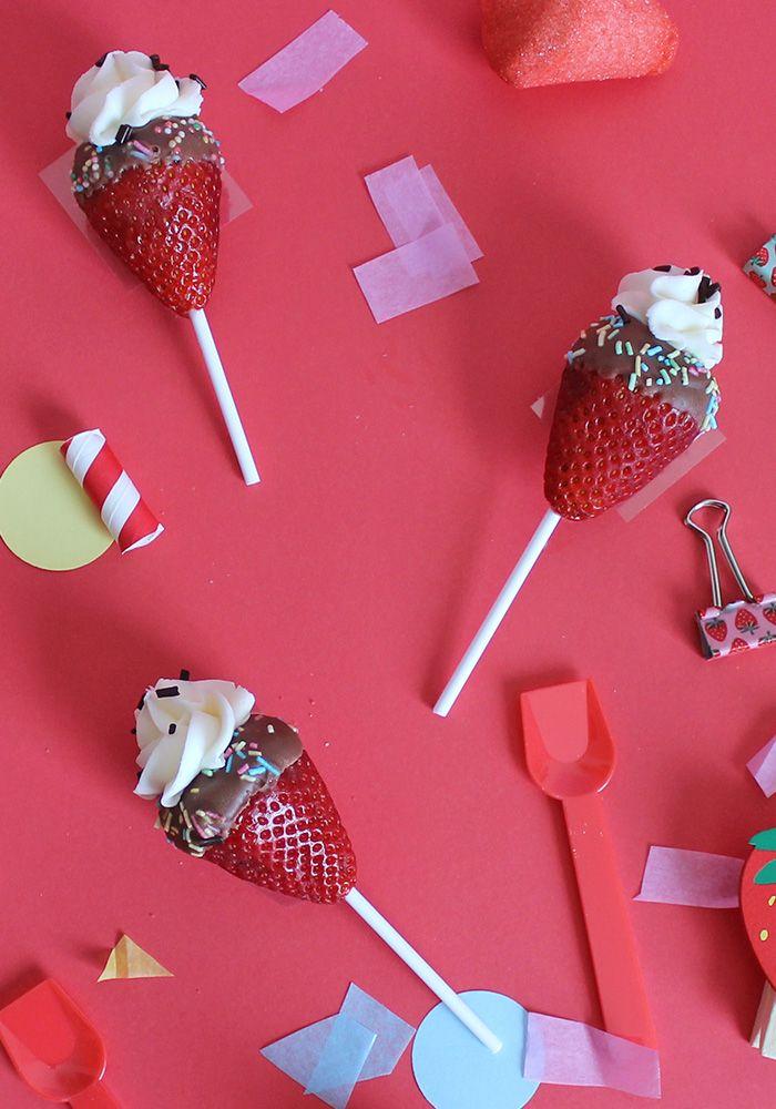 Scopri come trasformare le fragole in dei piccoli cornetti con un ciuffo di panna. Sembrerà di avere davanti dei piccoli cornetti gelato!