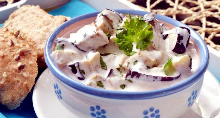 Przepis na jogurtową sałatkę z bakłażana: Ta sałatka moim zdaniem fajnie komponuje się ze świeżym pieczywem. Niezłym pomysłem jest wykorzystanie jej jako dodatek do praktycznie każdego rodzaju mięsa. Jest ponadto zdrowa, no i przede wszystkim szybka w przyrządzeniu. Warto wstawić ją na noc do lodówki, wtedy smaki ładnie się przegryzą.