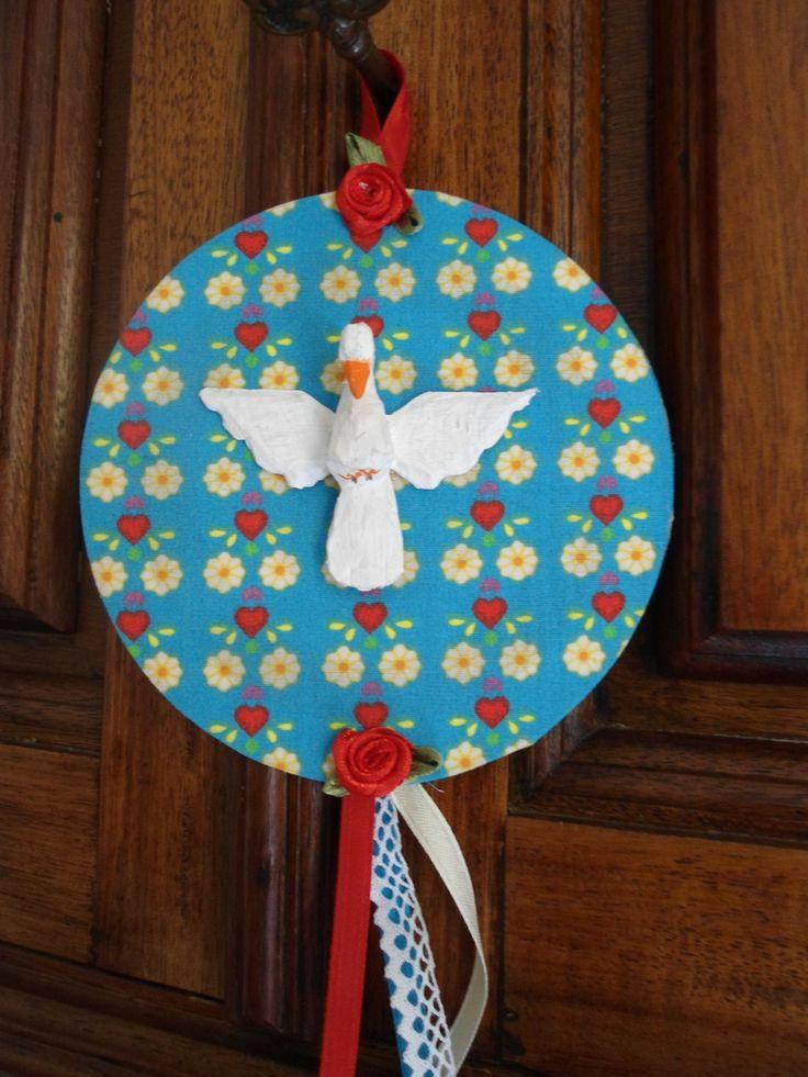Mandala do Divino Espírito Santo , trabalhada em tecido de algodão, flores em tecido e fitas de cetim. <br> <br>Pomba da Paz , em madeira. <br>Base em CD. <br> <br>Peça única e exclusiva. <br> <br>Diâmetro: 12 cm <br> <br>Com o que você pensou em jogar fora, pode fazer alguns trabalhos charmosos . <br>Tenha essa consciência. <br>Ajude o Planeta!