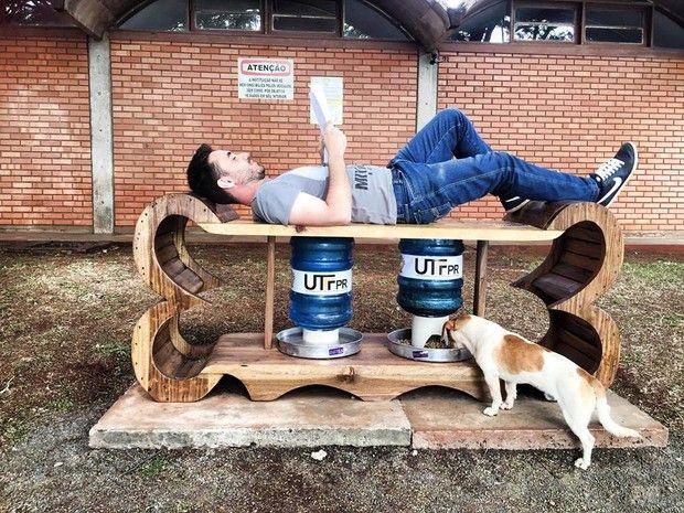 Alunos criam ponto de alimentação para cães de rua em Medianeira, no PR Projeto AlimentaCão inclui local de descanso com wi-fi para a comunidade. Iniciativa prevê ainda conscientização e castração de animais abandonados. - Alimentador em formato de osso de madeira instalado em frente ao campus da UTFPR em Medianeira (PR) briga ração e água e serve de ponto de descanso (Foto: AlimentaCão / Divulgação)