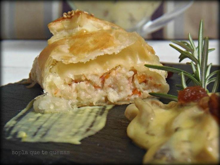 Hojaldres rellenos de langostinos con salsa de champiñones al azafrán