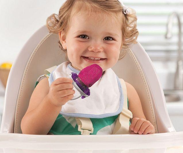 La introducción de sólidos en la alimentación de tu bebé dependerá mucho del tipo de lactancia por la que hayas optado, de tu pediatra, y del país en el que vivas.